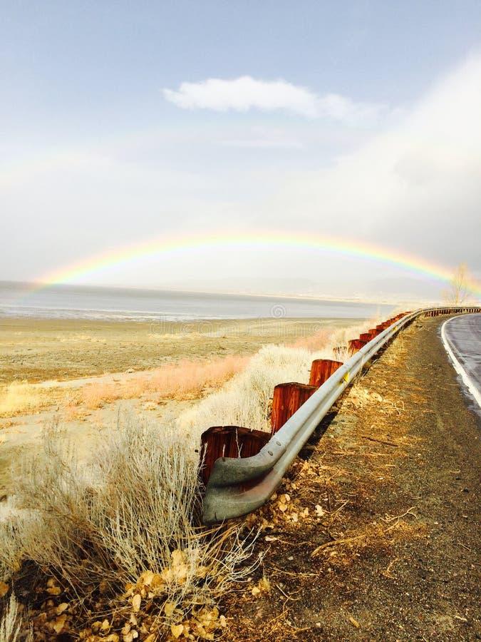 Regenbogen über Washoe See stockfotos
