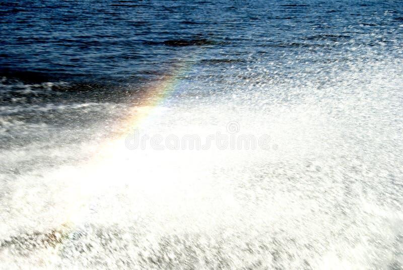 Regenbogen über Wasser spritzt lizenzfreie stockbilder