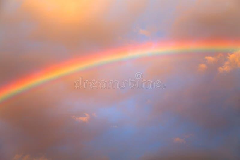 Regenbogen agains bewölkter Himmel lizenzfreie stockfotos