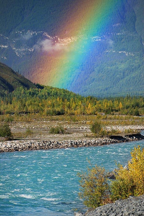 Regenbogen auf dem Fluss lizenzfreie stockbilder