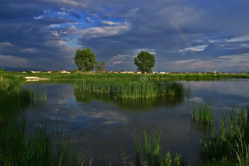 Regenbogen auf dem See nahe Kostinbrod, Bulgarien lizenzfreie stockfotografie