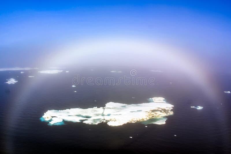 Regenbogen auf Eisberg im Nordpolarmeer lizenzfreie stockfotos