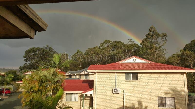 Regenbogen auf Ihrem Haus stockbild