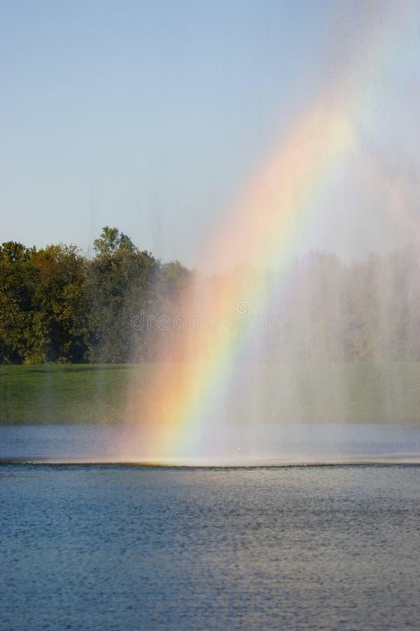 Regenbogen auf Wasser lizenzfreie stockbilder