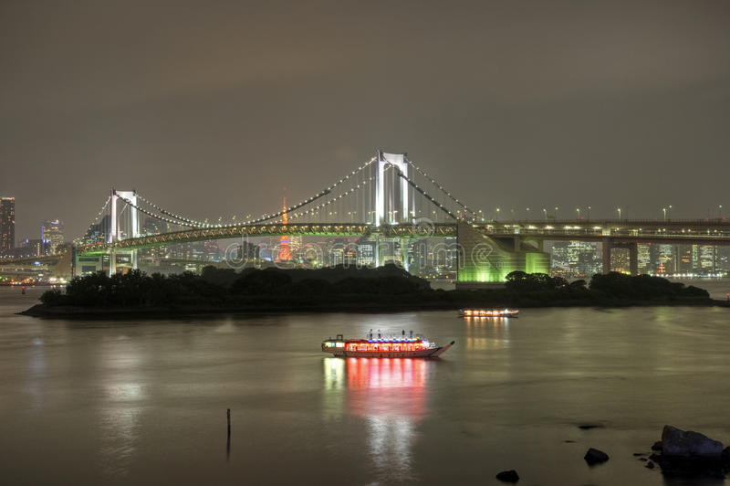 Regenbogen-Brücke nachts lizenzfreies stockbild