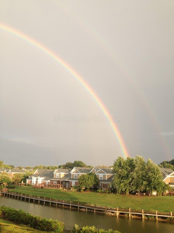Regenbogen in dem See stockfotos