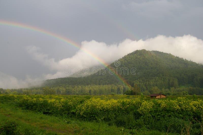 Regenbogen in den Bergen stockfoto
