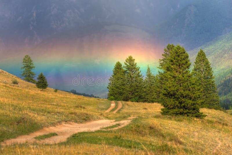 Regenbogen in den Bergen lizenzfreie stockbilder