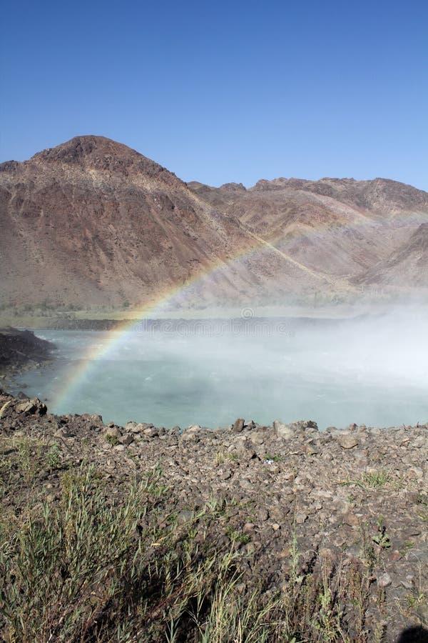 Regenbogen in den Bergen Auf dem Platin lizenzfreie stockfotografie