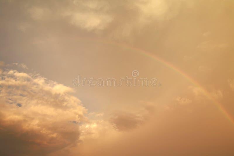 Regenbogen in den gelben Wolken lizenzfreie stockfotos