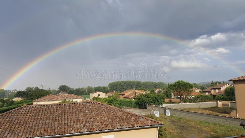 Regenbogen in der Landschaft lizenzfreies stockbild