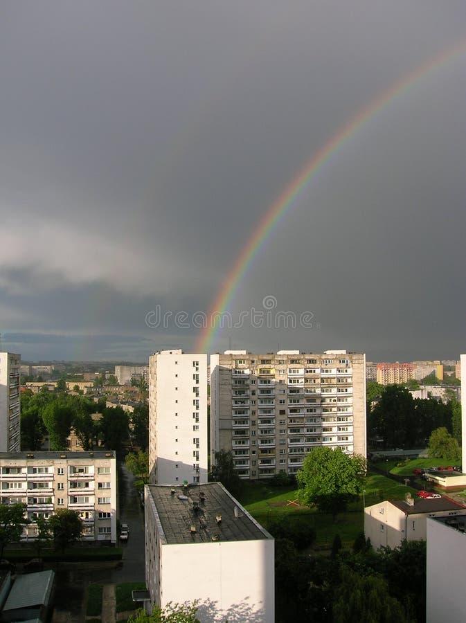 Regenbogen in der Stadt lizenzfreies stockfoto