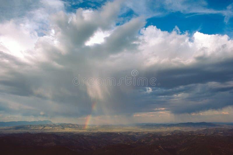 Regenbogen in der Wüste lizenzfreies stockbild