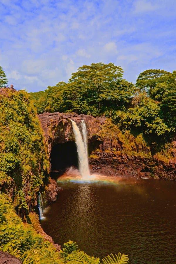 Regenbogen fällt Wailuka-Fluss Hilo Hawaii lizenzfreies stockfoto