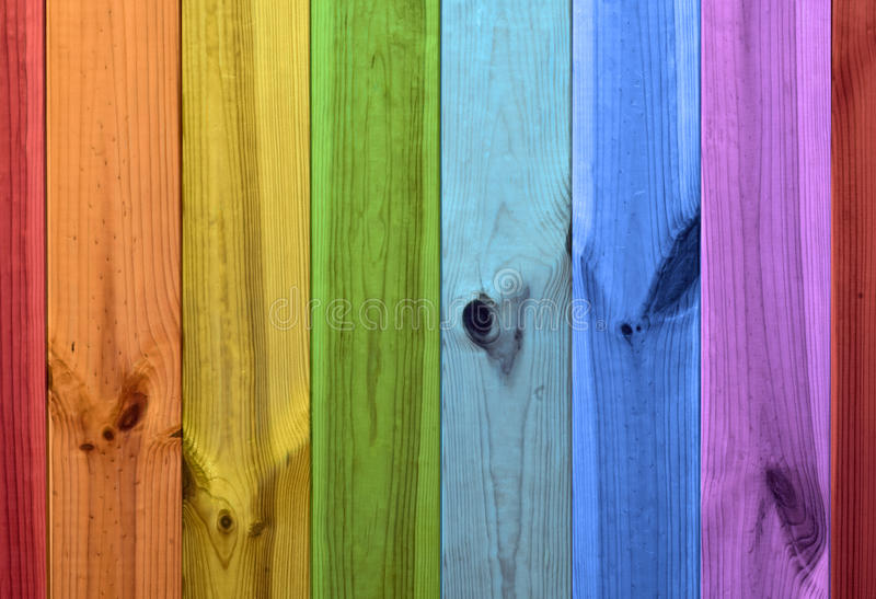 Regenbogen färbt hölzernen Hintergrund stockfotos