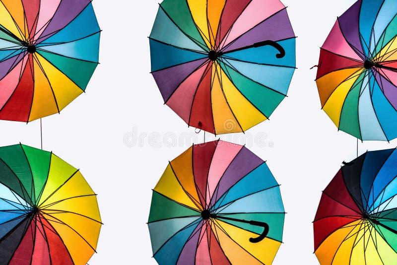 Regenbogen färbte die Regenschirme, die in der Luft hängen lizenzfreies stockfoto