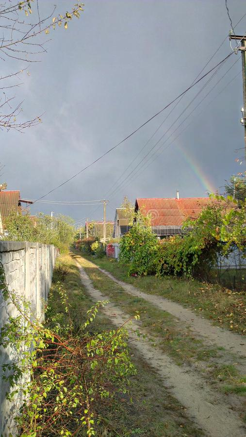Regenbogen Geöffnete Luft des Panoramas Dorf nach Regen lizenzfreies stockbild
