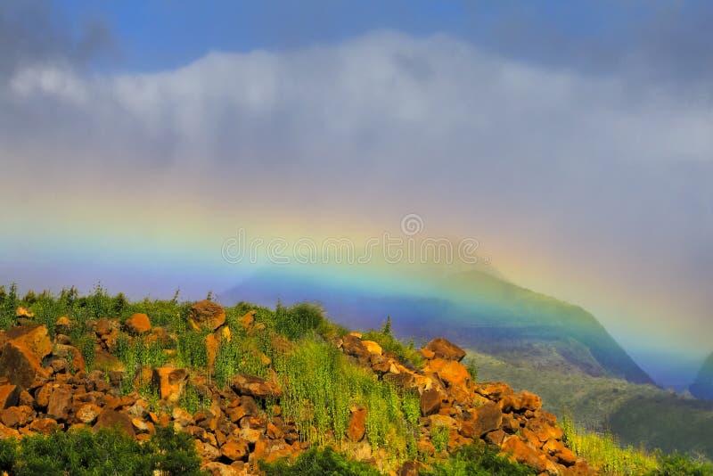 Regenbogen gegen die Berge lizenzfreie stockfotos