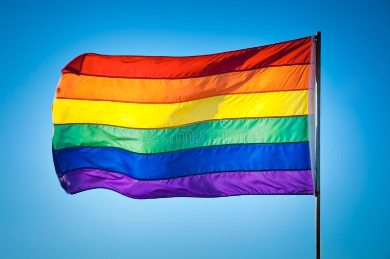 Regenbogen homosexuelles Pride Flag auf Hintergrund des blauen Himmels, Miami Beach stockfotos
