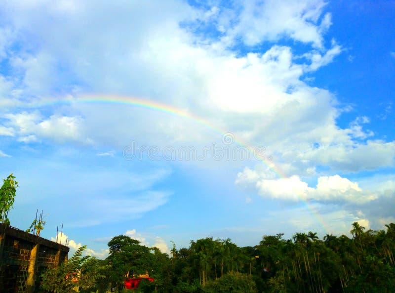 Regenbogen im blauen Himmel am sonnigen Tag stockbild