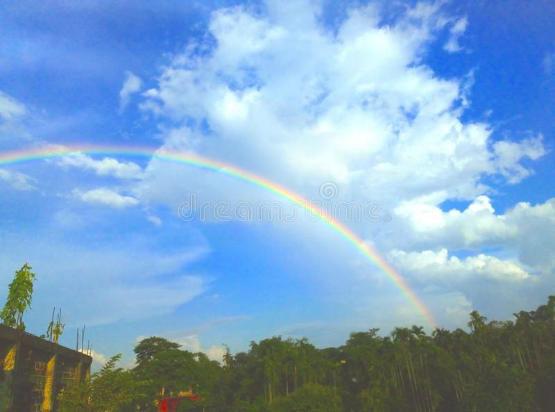 Regenbogen im blauen Himmel am sonnigen Tag lizenzfreies stockbild