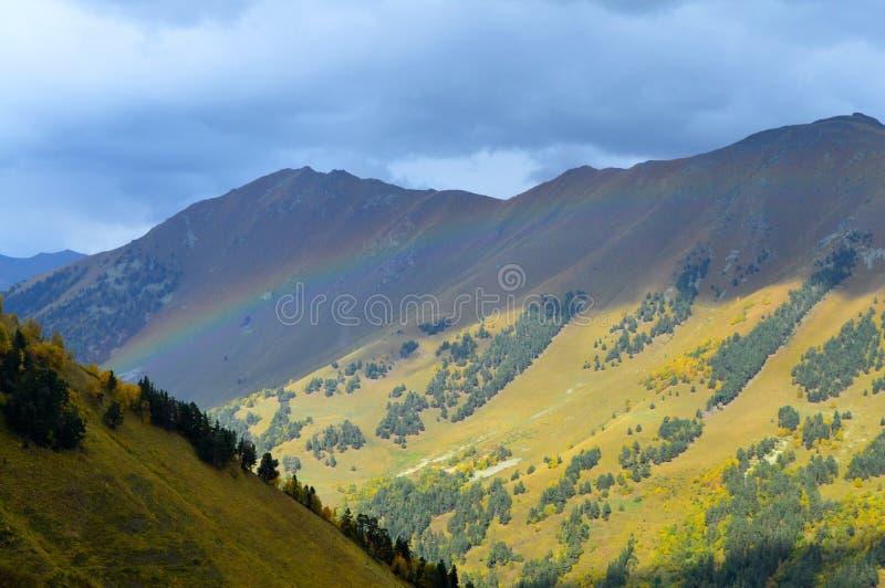 Regenbogen im Gebirgsherbst Russland, Arkhyz stockfotografie