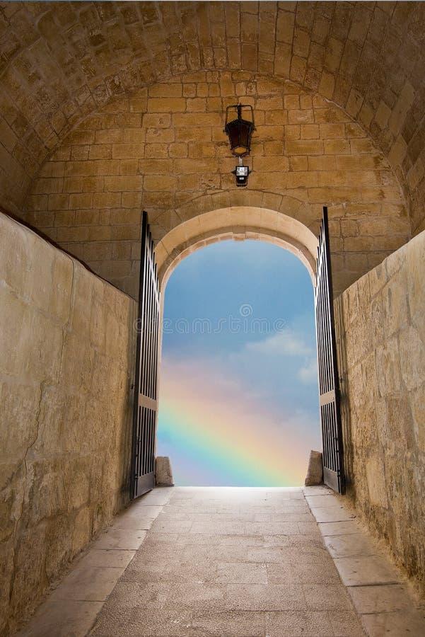 Regenbogen im Portal des alten mittelalterlichen Steingebäudes stockfotografie