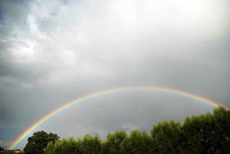 Regenbogen mit Wolken lizenzfreie stockfotografie