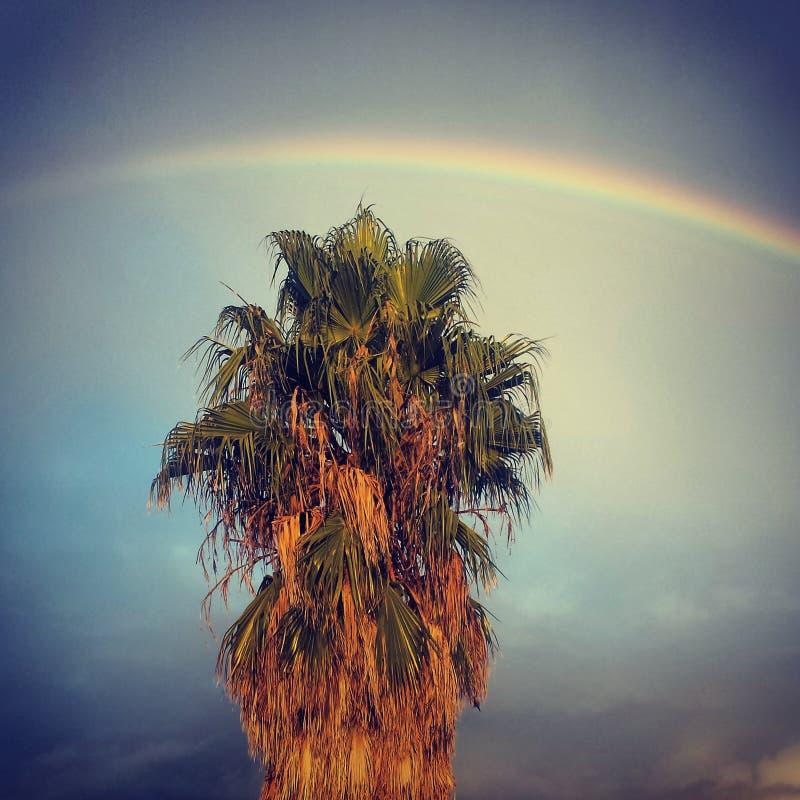Regenbogen nahe bei dem Haus lizenzfreie stockfotos
