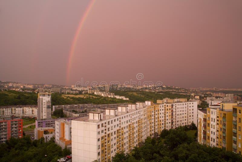 Regenbogen ower Bratislava stockbild