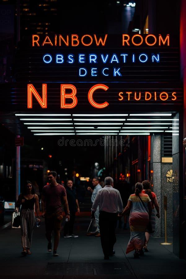 Regenbogen-Raum- u. Aussichtsplattformzeichen, in Midtown Manhattan, New York City lizenzfreie stockfotografie