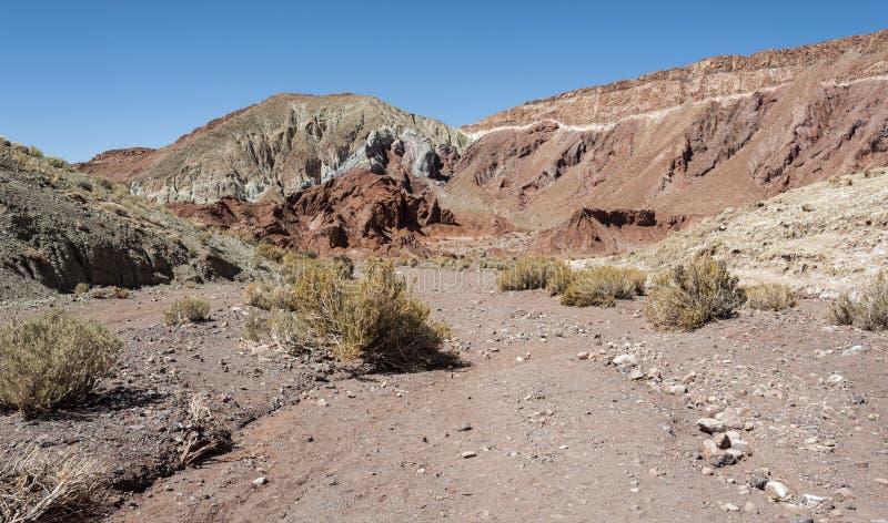 Regenbogen-Tal Valle Arcoiris, in der Atacama-Wüste in Chile Die reichen Mineralfelsen der Domeyko-Berge geben das Tal t lizenzfreie stockbilder