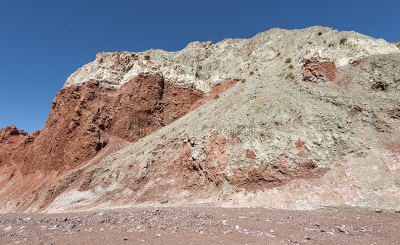 Regenbogen-Tal Valle Arcoiris, in der Atacama-Wüste in Chile Die reichen Mineralfelsen der Domeyko-Berge geben das Tal t lizenzfreies stockfoto