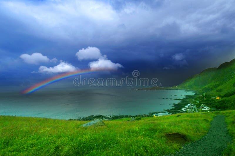 Regenbogen u. Meer stockfotos