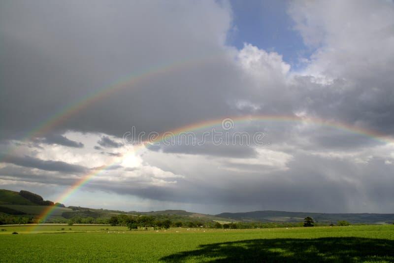 Regenbogen und Regenwolken lizenzfreie stockfotografie