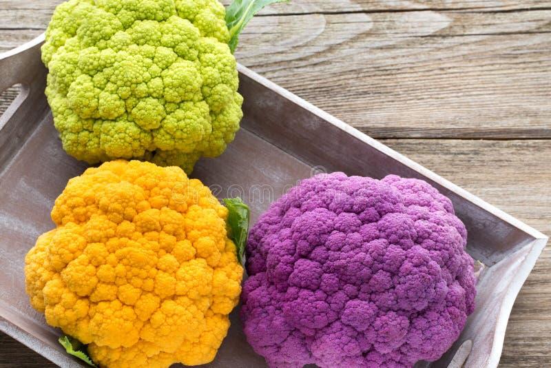 Regenbogen von eco Blumenkohl auf dem Holztisch stockfotografie