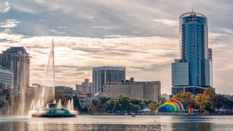 Regenbogenamphitheatersee eola im Stadtzentrum gelegene Orlando-Schwulenparade stockbilder