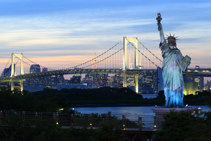 Regenbogenbrücke über Tokyo-Bucht stockfotografie