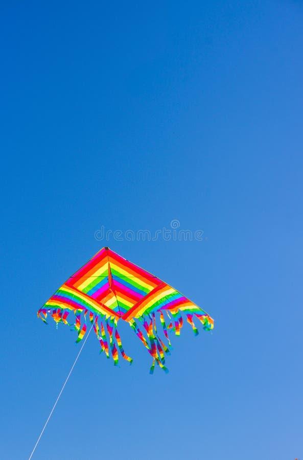 Regenbogendrachen im Himmel stockfotografie