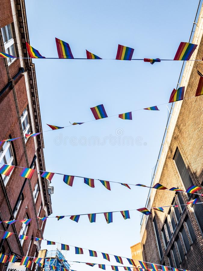 Regenbogenflaggen auf einer Straße stockfotografie