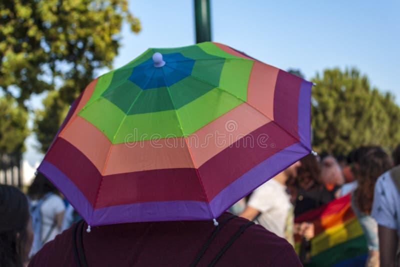 Regenbogenhut auf LGBT-Stolzparade lizenzfreie stockfotografie
