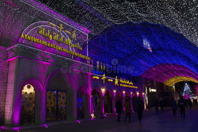 Regenbogenlichter zeigen am Einkaufszentrum während des Zeitraums des neuen Jahres in Peking, China stockfotos