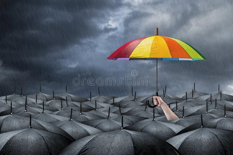Regenbogenregenschirmkonzept stockbilder