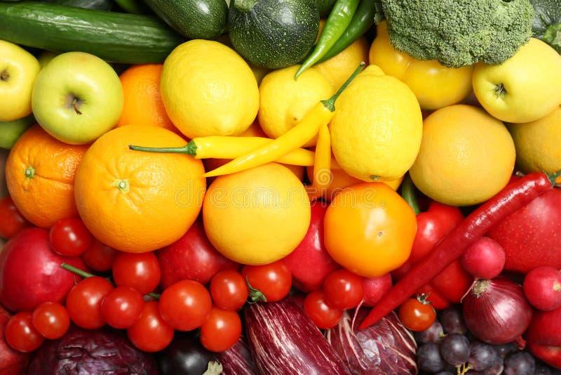 Regenbogensammlung reife Obst und Gemüse stockbild