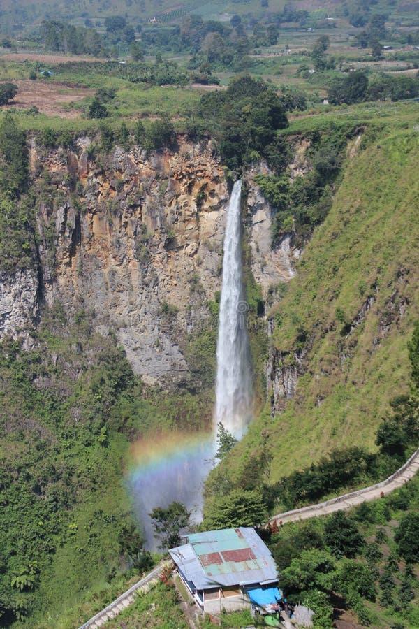 Regenbogenwasserfall lizenzfreie stockbilder