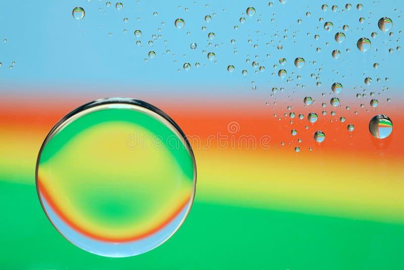 Regenbogenwassertropfen stockfoto