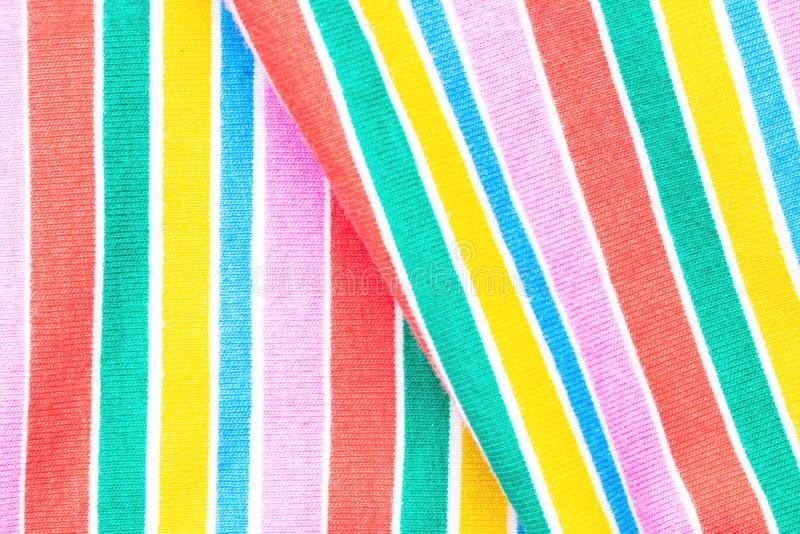 Regenboog achtergrondstof Close-up van regenboogtextiel met verse kleurrijke geweven parallelle verticale strepen De abstracte Zo royalty-vrije stock afbeeldingen