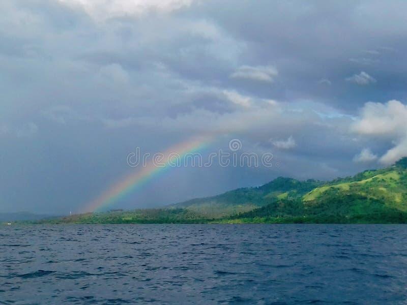 Regenboog binnen het eiland stock foto