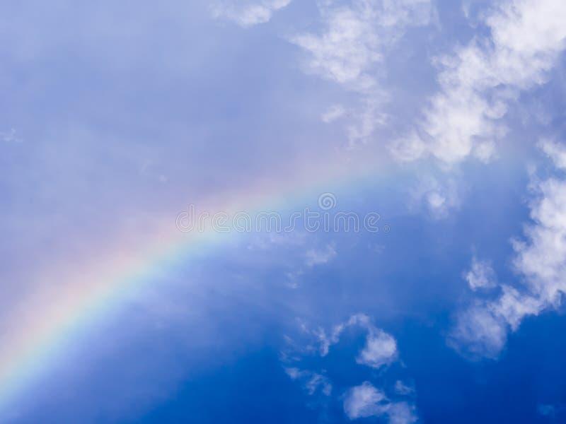Regenboog in blauwe hemel stock fotografie