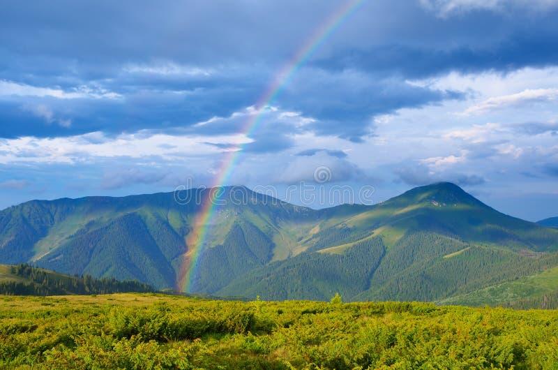 Regenboog in de bergen royalty-vrije stock foto's